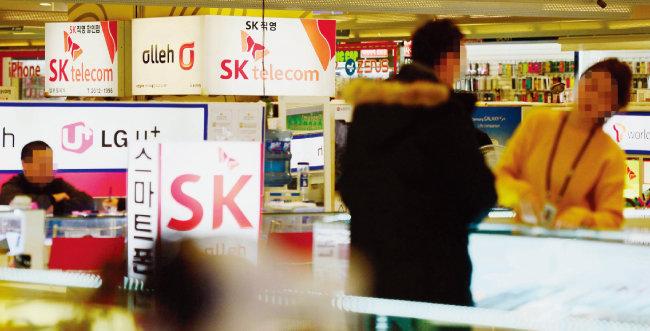 서울 용산구 휴대전화 판매대리점 밀집지역을 찾은 고객들이 구매 상담을 받고 있다. [뉴시스]