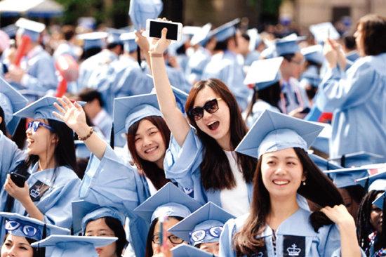 중국인 유학생들이 미국 컬럼비아대 졸업식에서 졸업을 축하하고 있다. [글로벌타임스]
