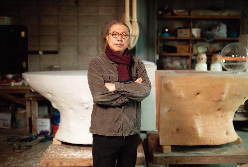 동아일보 창간 100주년을 기념해 한국의 상을 의뢰받아 제작한 도예가 이헌정.