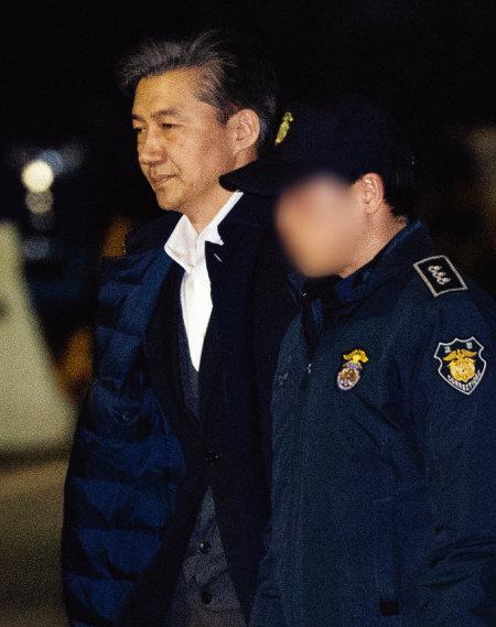 '감찰 무마' 의혹을 받고 있는 조국 전 법무부 장관이 지난해 12월 27일 오전 구속영장이 기각되자 서울동부구치소를 나서고 있다. [뉴스1]