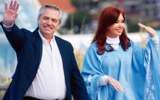 알베르토 페르난데스 아르헨티나 대통령(왼쪽)과 크리스티나 페르난데스 부통령이 손을 흔들고 있다. [FDT]