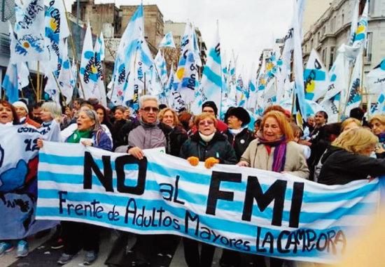 아르헨티나 국민이 국제통화기금(IMF)의 구제금융에 따른 긴축정책을 반대하는 시위를 벌이고 있다. [텔레수르]