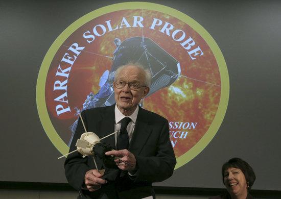 자신의 이름을 딴 태양탐사선 모형을 들고 있는 유진파커 [AP=뉴시스]