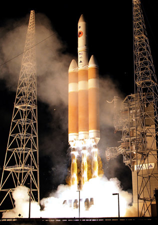 파커 태양탐사선을 실은 미국의 델타4호 로켓이 2018년 8월 12일 미국 케네디센터에서 발사되고 있다 [AP=뉴시스]