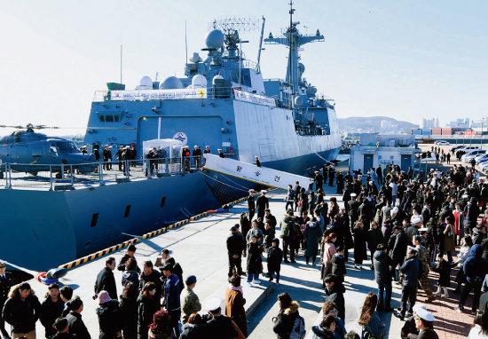 2019년 12월 27일 부산작전기지에서 청해부대 31진 왕건함이 출항하고 있다. [사진 제공 · 해군작전사령부]