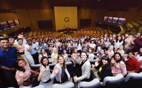 국회의사당 본회의장을 참관한 하나님의 교회 해외성도방문단이 손을 흔들며 환하게 웃고 있다. 한국을 찾는 하나님의 교회 해외 신도는 매년 1500명가량이다. 2001년 북미 대륙에서 온 제1차 해외성도방문단을 시작으로 그동안 70차 넘게 수많은 해외 신자가 한국을 다녀갔다. [사진 제공 · 하나님의 교회]