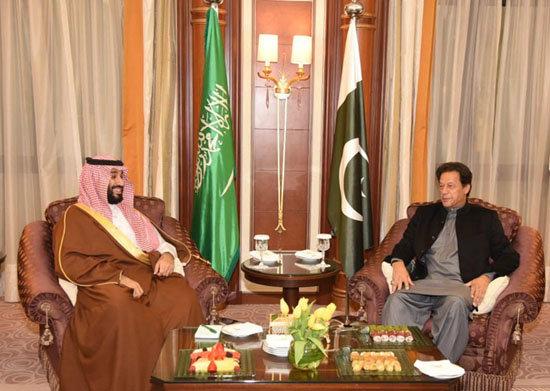 무함마드 사우디 왕세자와 임란 칸 파키스탄 총리가 환담하고 있다. [파키스탄 총리실]