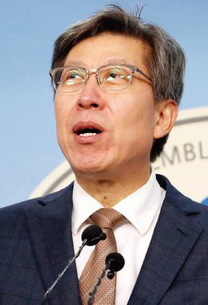 '혁신통합추진위원회'를 이끌게 된 박형준 위원장이 1월 9일  국회 정론관에서 기자회견을 마친 뒤 기자들의  질문에 답하고 있다. [뉴시스]