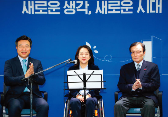 더불어민주당은 지난해 12월 26일 2020년 총선을 대비한 '영입 인재 1호'로 최혜영 한국 장애인식개선교육센터 센터장(40·가운데)을 발탁했다. [동아DB]