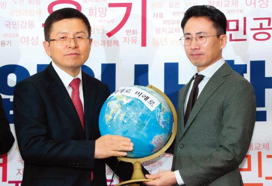 1월 8일 국회 의원회관에서 열린 '2020 자유한국당 영입인사 환영식'에 사진기자 출신인 탐험가 남영호(오른쪽) 대장이 참석했다. [동아DB]