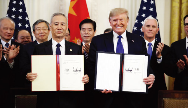 도널드 트럼프 미국 대통령(오른쪽)과 류허 중국 국무원 부총리가  1월 15일(현지시각) 미국 백악관 집무실에서 미·중 1단계 무역합의안에  서명한 후 기념촬영을 하고 있다. [워싱턴=AP/뉴시스]