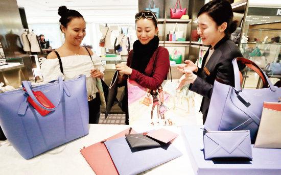 2015년 5월 서울 강남구 갤러리아명품관을 방문한 중국인 고객들이 외국인 전용 VIP 라운지에서 해외 브랜드 상품을 고르고 있다. [사진 제공 · 한화갤러리아]