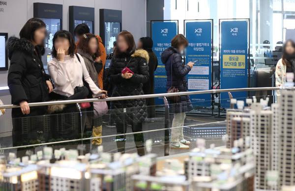 최근 일반 분양을 진행한 서울 강남구 '개포 프레지던스 자이' 견본주택에서 분양 희망자들이 아파트 모형을 둘러보고 있다. [뉴시스]