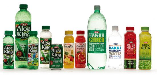 이상신 오케이에프㈜ 회장과 오케이에프의 음료 제품들. [사진 홍태식]