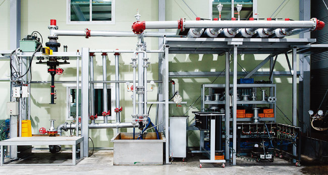 ㈜티지화이어 소방 밸브 테스트 장비(위), ㈜티지화이어 주요 제품들.  [사진 홍태식]