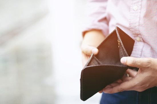 소비자 물가지수는 떨어졌지만, 1인 가구의 지갑 사정은 더 나빠졌다. [GettyImages]