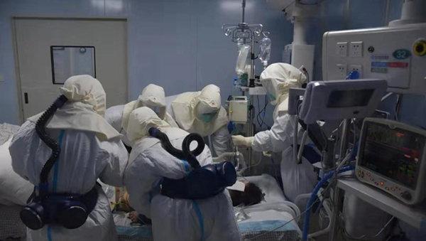 우한 병원의 의료진들이 우한폐렴에 걸린 환자를 수술하고 있다. [후베이 데일리]