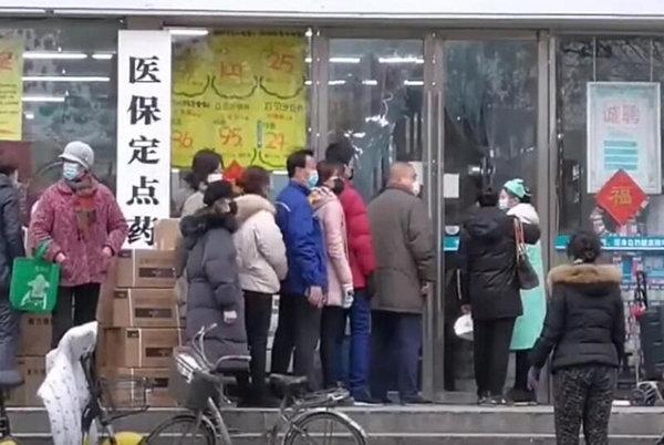 우한 시민들이 약품을 사기위해 약국 앞에서 줄을 서고 있다. [China News Service]