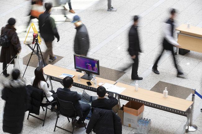 경기 성남시 분당서울대병원 1층 로비에서 직원들이 열 감지기를 설치해놓고 내원객의 체온을 측정하고 있다. [지호영 기자]