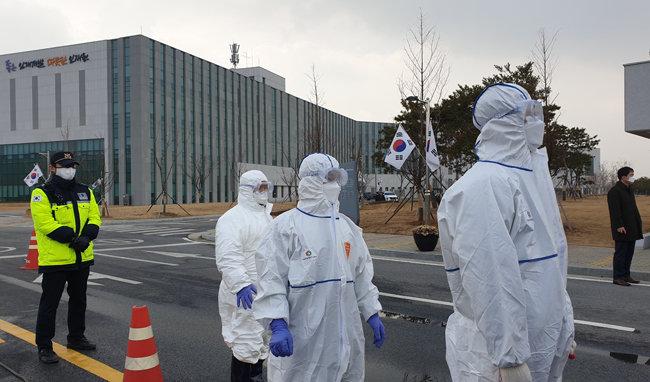 진천군청에서 국가공무원인재개발원 주변을 방역하고 있다.