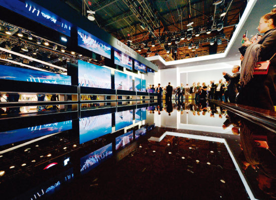 LG전자가 미국 라스베이거스에서 열린 CES 2020에서 롤러블 TV 'LG 시그니처 올레드 R'를 시연해 관람객들의 이목을 집중시켰다. [사진 제공 · LG전자]