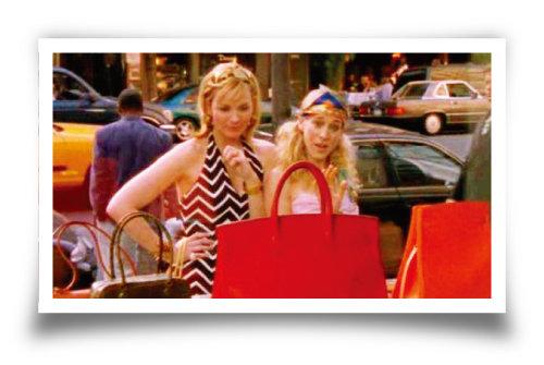 미국 드라마 '섹스 앤 더 시티'에서 에르메스 매장 내 버킨백을 바라보고 있는 사만다(왼쪽)과 캐리. [섹스 앤 더 시티 화면 캡처]
