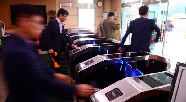 서울 종로구 정부서울청사로 출근하고 있는 공무원들. [뉴시스]