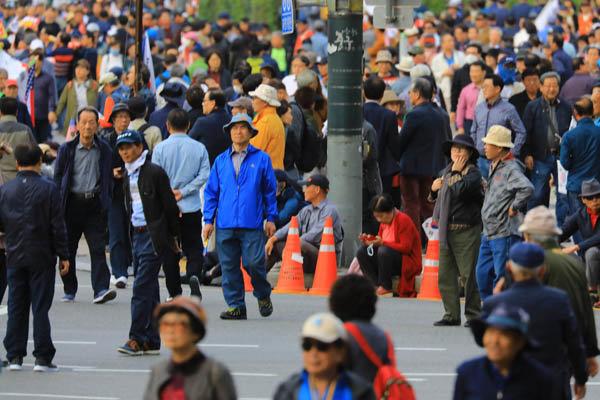 지난해 10월 9일 서울 광화문광장에서 전광훈 목사가 주최한 집회에 참가한 노인들. [동아일보DB]
