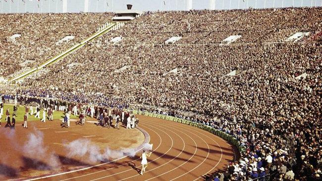 1964년 도쿄 올림픽 개막식 때 성화주자의 모습. [도쿄올림픽 조직위]