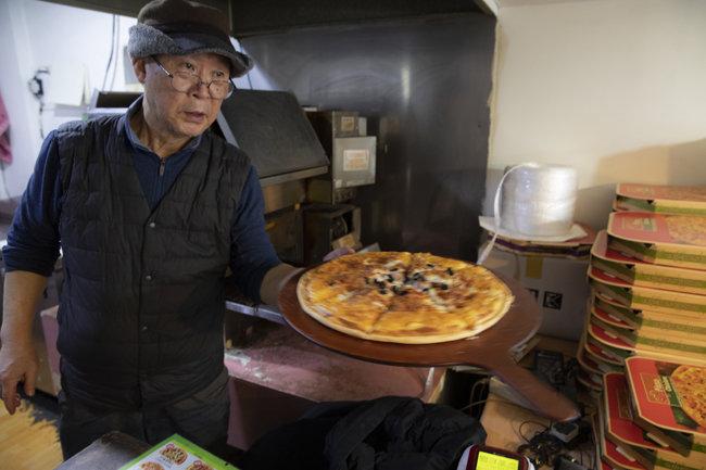 직접 피자를 만드는 사장 아저씨