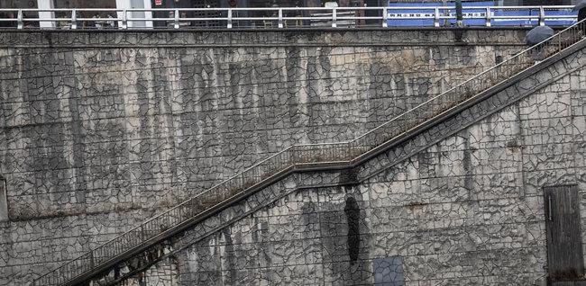 높은 곳과 낮은 곳을 극명하게 보여주는 계단