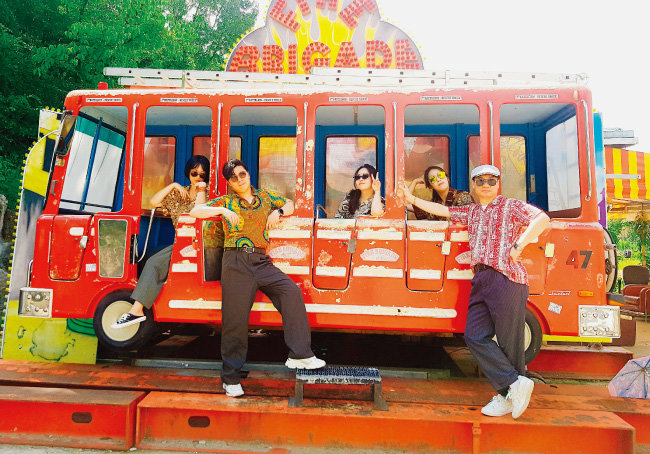 CJ CGV의 리버스 멘토링 조별 활동 모습. 이들은 서울 종로구 동묘시장을 쇼핑한 후 인생사진을 촬영했다. [사진 제공 · CGV]