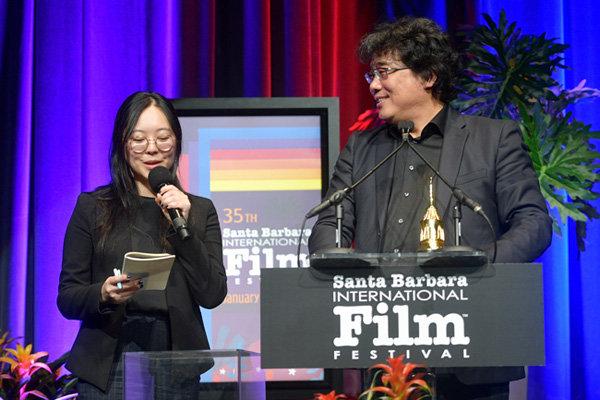 1월 21일 미국 캘리포니아 산타바바라 국제영화제에서 샤론 최(왼쪽)가 봉준호 감독의 말을 통역하고 있다. [GETTYIMAGES]