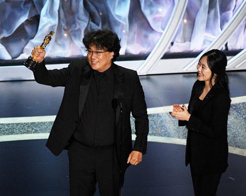2월 8일 열린 2020 인디펜던트 스피릿 어워드에 참석한 봉준호 감독(왼쪽)과 샤론 최. [GETTYIMAGES]