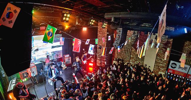2월 11일 서울 홍대 앞 최대 공연장 무브홀에서 열린 경록절 파티에서 크라잉넛의 뜨거운 공연사진. [캡틴락컴퍼니]