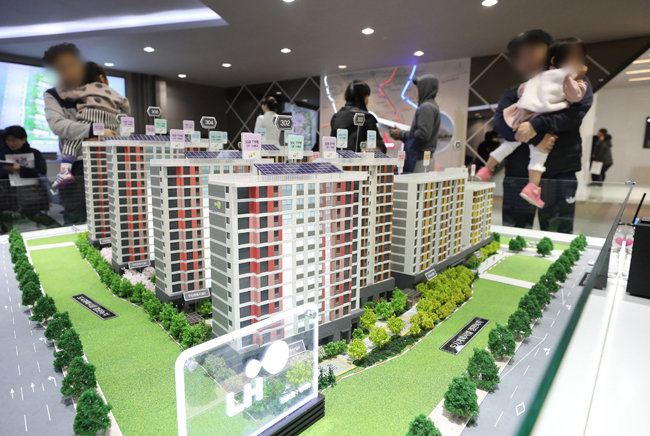 지난해 12월 15일 서울 송파구 장지동에 마련된 아파트 본보기집을 찾은 방문객이 단지 모형을 둘러보고 있다. [동아DB]