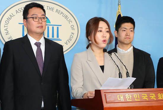 2월 16일 서울 영등포구 여의도동 국회 정론관에서 열린 기자회견에서 천하람 젊은보수 대표(왼쪽)가 미래통합당 합류 선언을 하고 있다. [뉴시스]