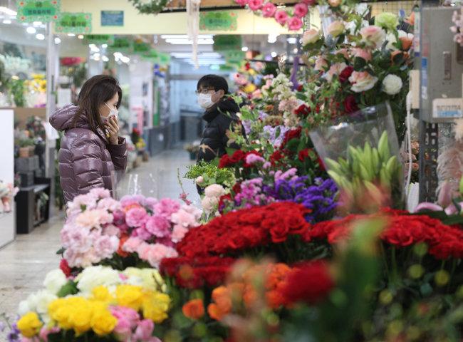 코로나19 여파로 한산한 꽃시장.[뉴스1]