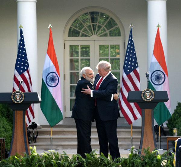 트럼프 대통령과 모디 총리가 2017년 6월 백악관 기자회견에서 포옹하고 있다. [인도 총리실]
