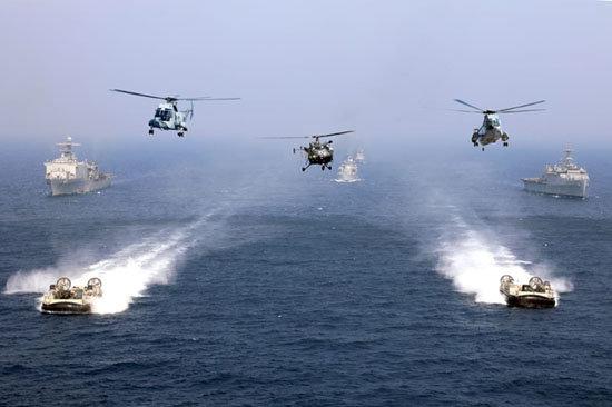 미국과 인도 해군이 지난해 11월 인도양에서 합동군사훈련을 실시하는 모습. [DOD]
