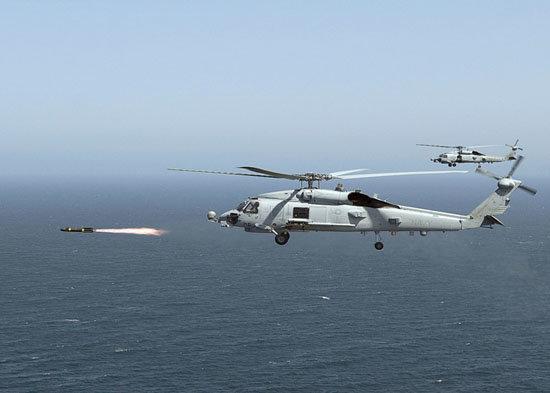 인도가 구매할 미국의 MH-60R 시호크 헬기가 헬파이어 미사일을 발사하고 있다. [US Navy]