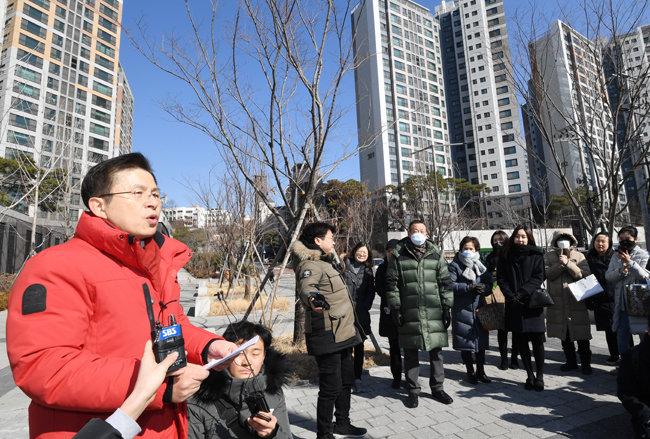황교안 미래통합당 대표가 2월 18일 경희궁자이에서 총선 1호 공약을 발표하고 있다. [뉴스1]