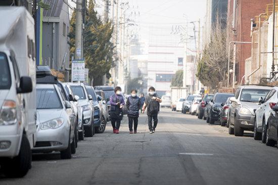 인천 남동국가산업단지 근로자들이 거리를 걷고 있다. [지호영 기자]