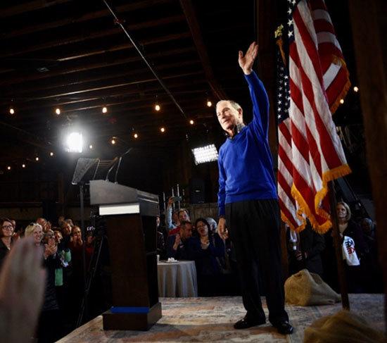 마이클 블룸버그 전 뉴욕시장이 지지자들에게 손을 흔들고 있다. [블룸버그 페이스북]