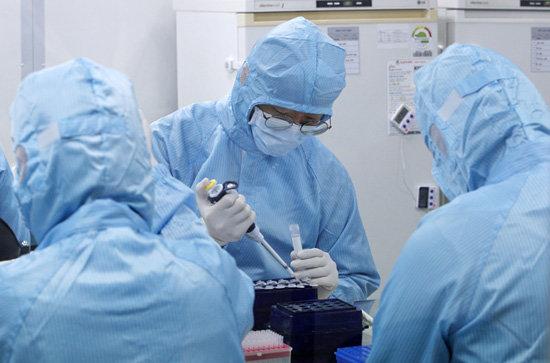 코로나19 진단시약 제조업체 코젠바이오텍 연구원들이 허가 받은 진단시약을 제조하고 있다. [뉴시스]