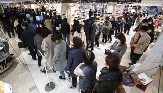 2월 27일 서울 양천구의 한 쇼핑몰에서 열린 마스크 긴급 노마진 판매 행사에서 시민들이 마스크를 구매하기 위해 길게 줄을 서있다. [뉴스1]