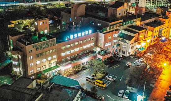 경북 청도 대남병원에는 밤에도  불이 환하게 켜져 있다. [뉴시스]