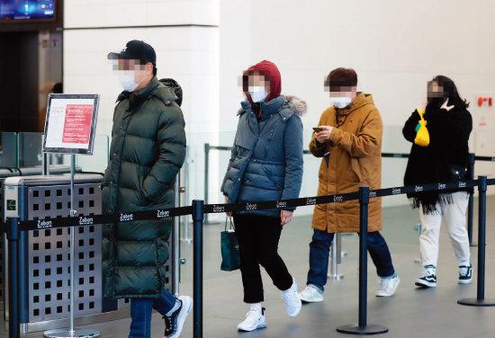 2월 6일 서울 영등포구 GS홈쇼핑 본사 직원들이 재택근무를 위해 퇴근하고 있다. [동아DB]