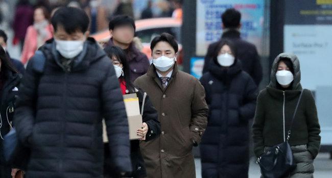 코로나19 사태가 심화하는 가운데 서울 중구 숭례문 일대에서 시민들이 마스크를 쓴 채 출근하고 있다. [뉴시스]