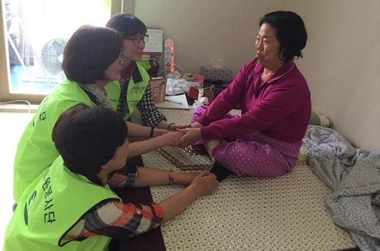 군산시가 코로나19 확산방지를 위해 노인맞춤돌봄서비스 기한을 3월말가지 연장하기로 했다.(사진은 공무원연금공단 전북지부의 노인 돌봄 봉사활동 모습) [뉴스1]